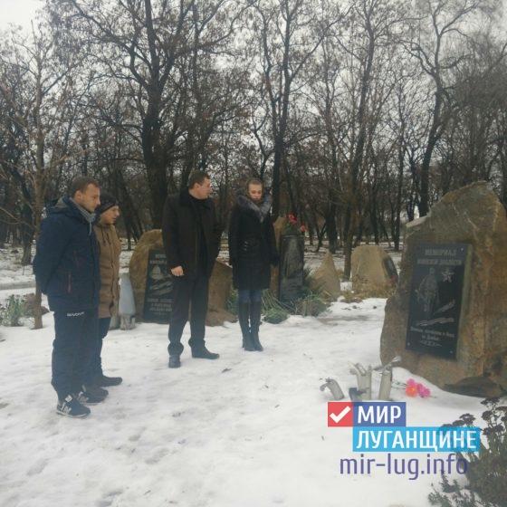 Жители Перевальска почтили память погибшего защитника Донбасса 6