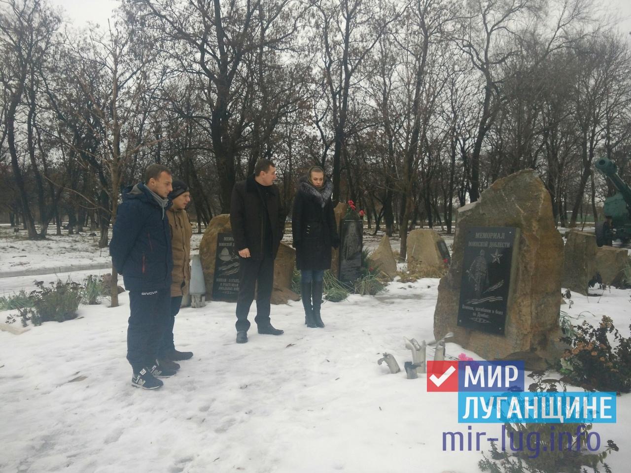 Жители Перевальска почтили память погибшего защитника Донбасса 1