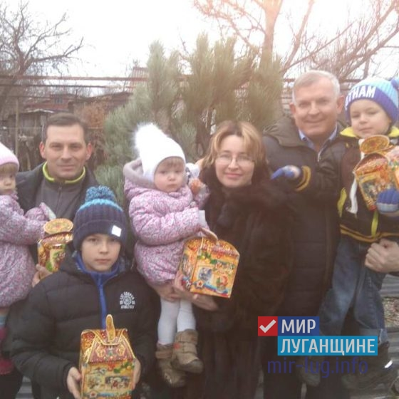 Руководство Краснодона поздравило с наступающим Новым Годом семью Першиковых 4