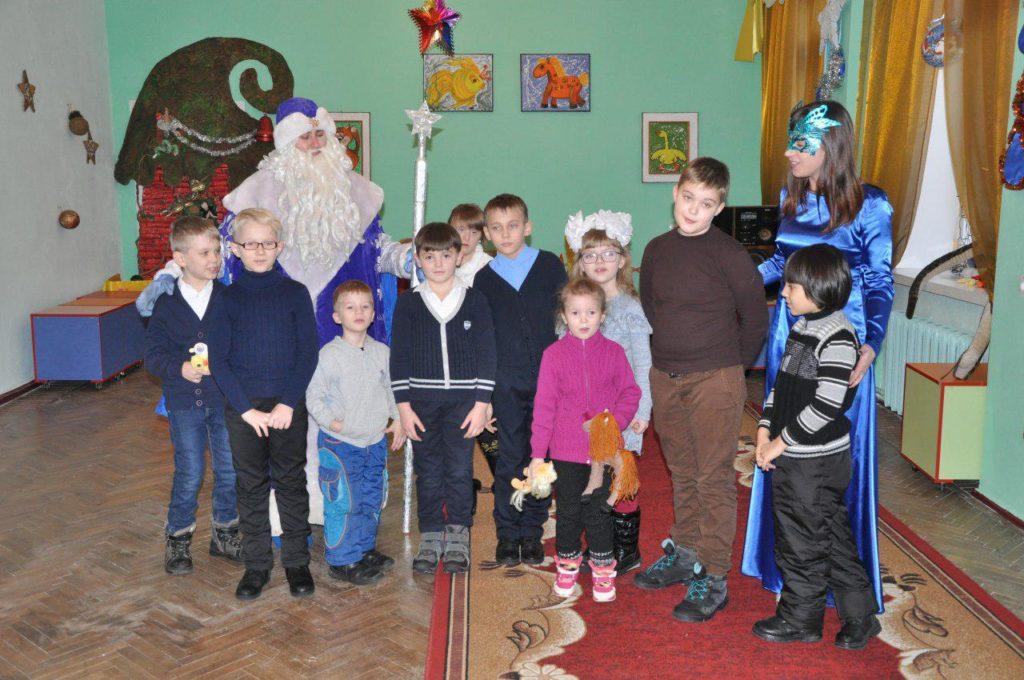 «Мир Луганщине» передал новогодние подарки детям Стахановского центра соцреабилитации 2