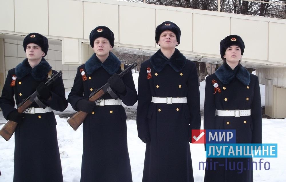 Участники Вахты Памяти заступили в почетный караул у могилы молодогвардейцев в Краснодоне 1