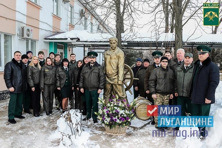 Таможенники ЛНР возложили цветы к памятнику Павла Луспекаева 1
