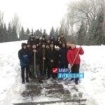 Молодежная акция по уборке снега на памятных местах города прошла в Ровеньках