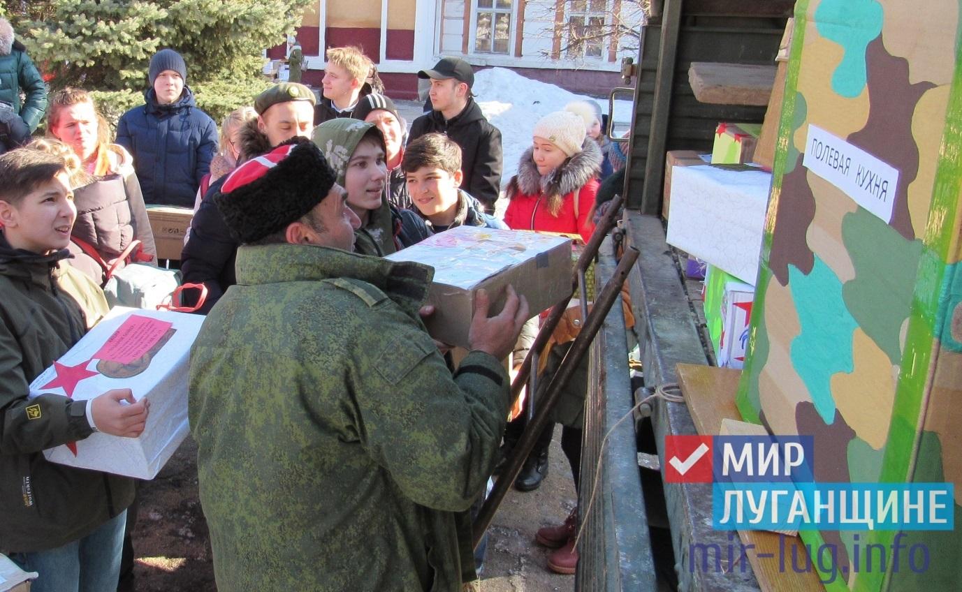Активисты проекта «Молодая гвардия» Стаханова поздравили военнослужащих Народной милиции 1