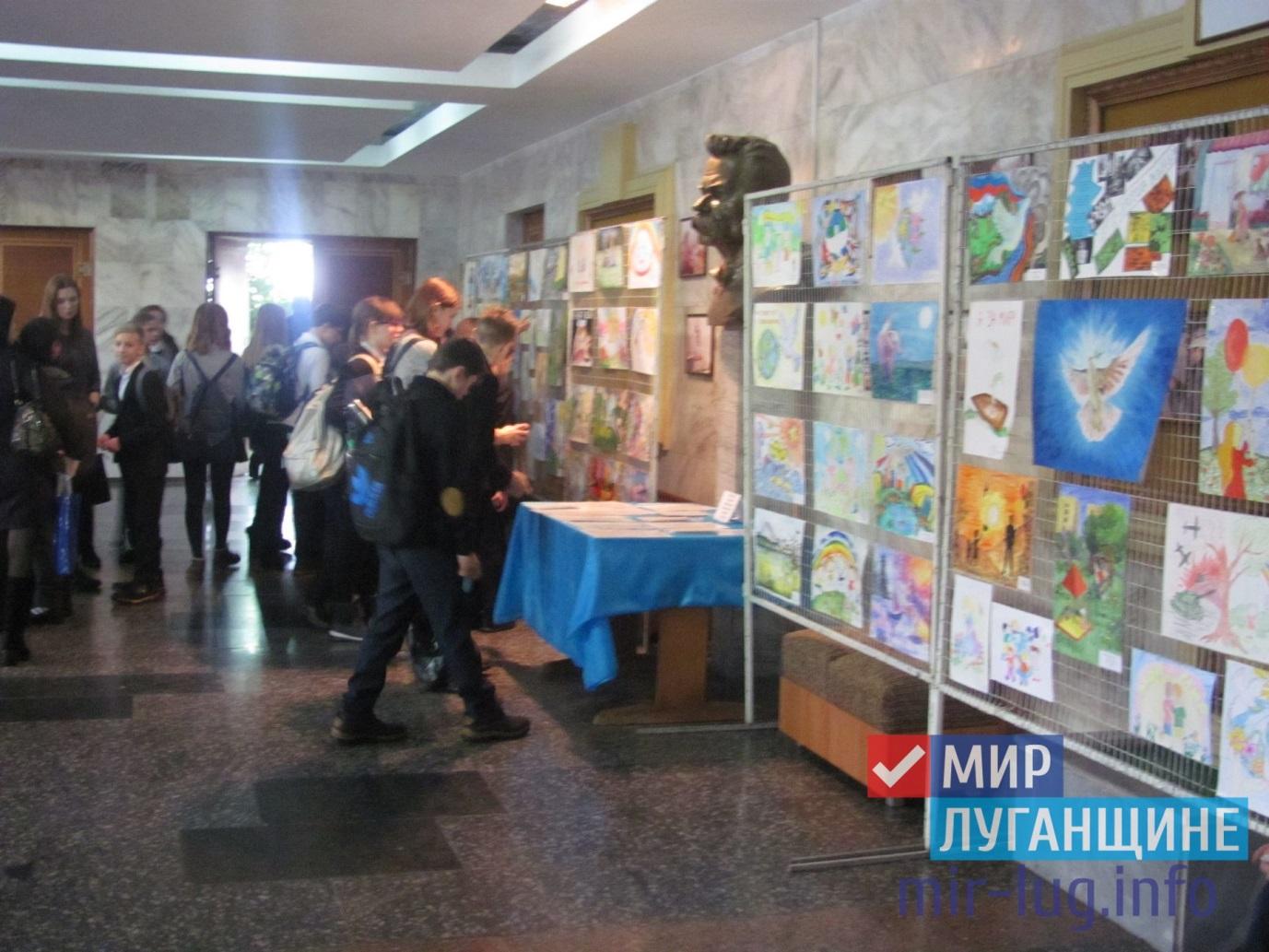 Выставка детских рисунков «Дети рисуют Мир» открылась в Ровеньках 1