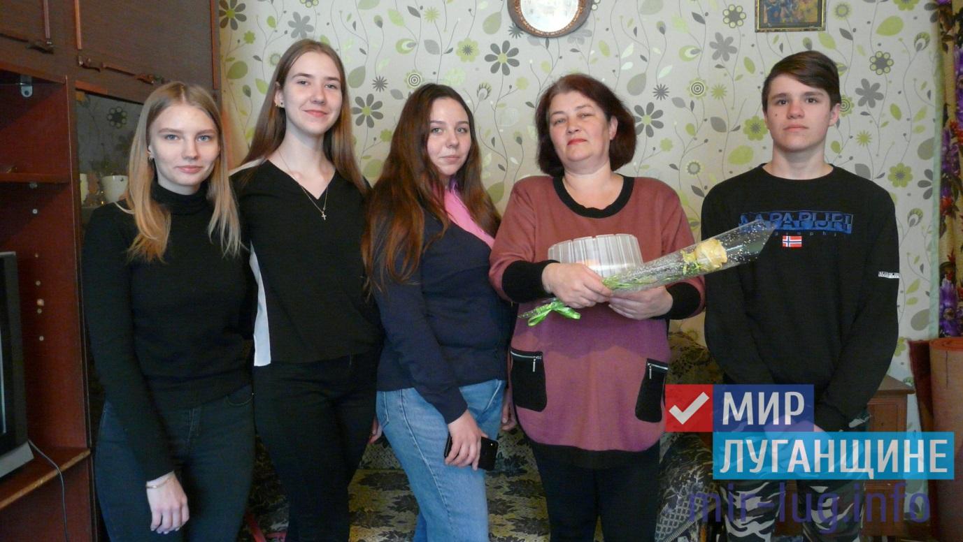 """Активисты проекта """"Молодая гвардия"""" поздравили с 8 марта жительниц Стаханова 1"""