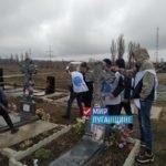 В Перевальске провели уборку территории возле памятников погибшим ополченцам