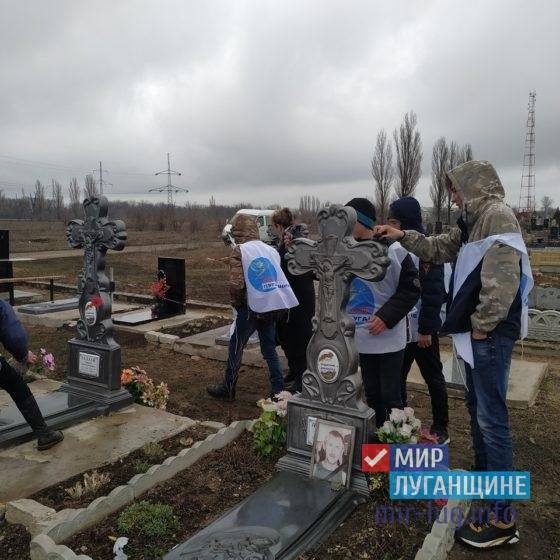 В Перевальске провели уборку территории возле памятников погибшим ополченцам 1