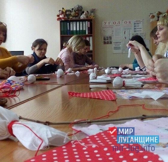 «Мир Луганщине» научил активистов движения создавать обрядовые куклы 6