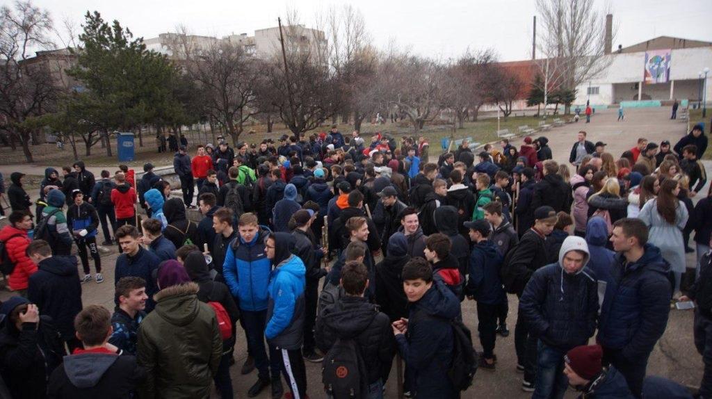 «Мир Луганщине» провел уборку столичного парка 2