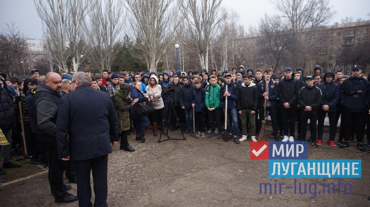«Мир Луганщине» провел уборку столичного парка 1