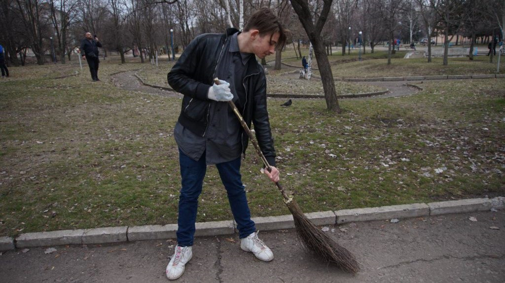 «Мир Луганщине» провел уборку столичного парка 4