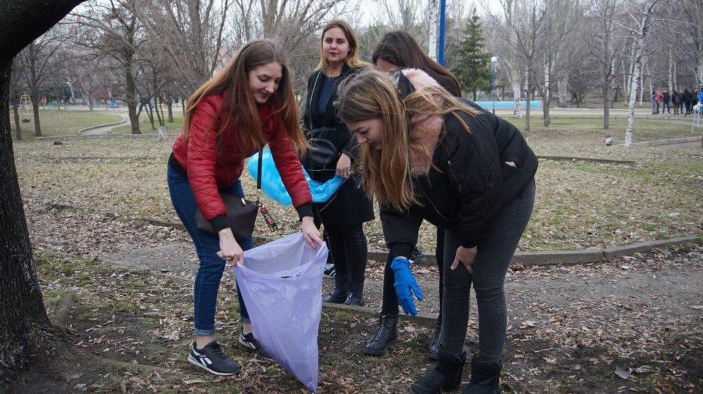 «Мир Луганщине» провел уборку столичного парка 5