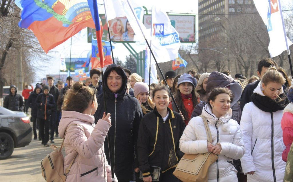 Около тысячи человек приняли участие в традиционном параде молодежи в Луганске 1