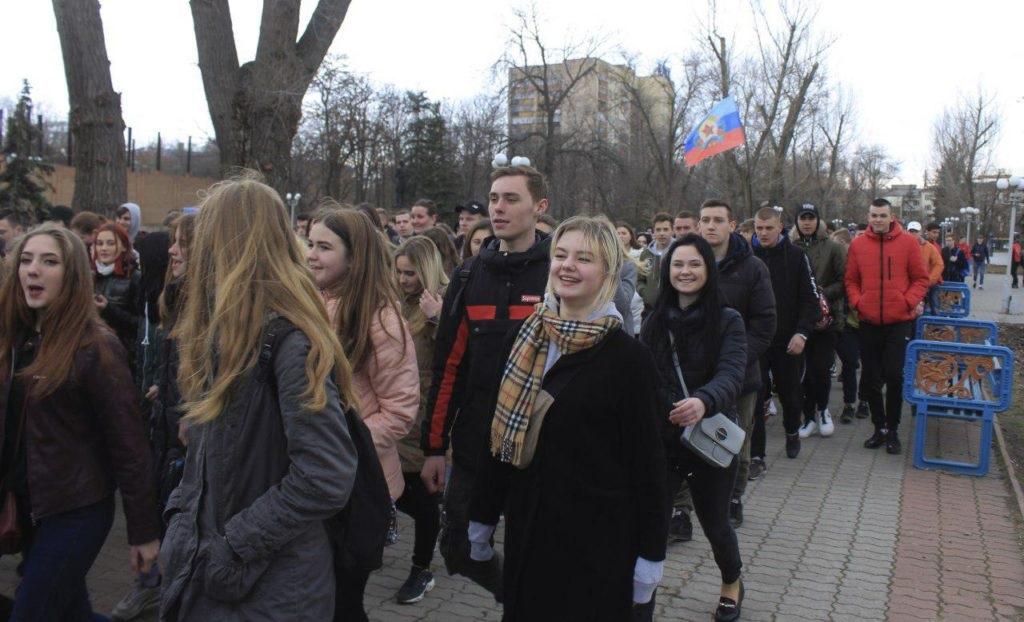 Около тысячи человек приняли участие в традиционном параде молодежи в Луганске 4