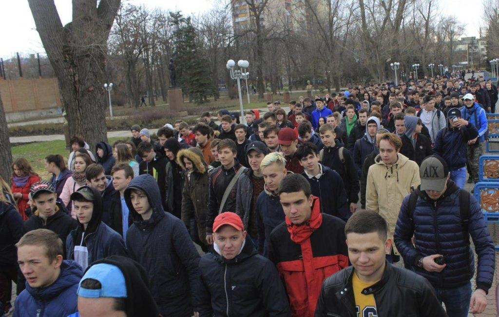 Около тысячи человек приняли участие в традиционном параде молодежи в Луганске 5
