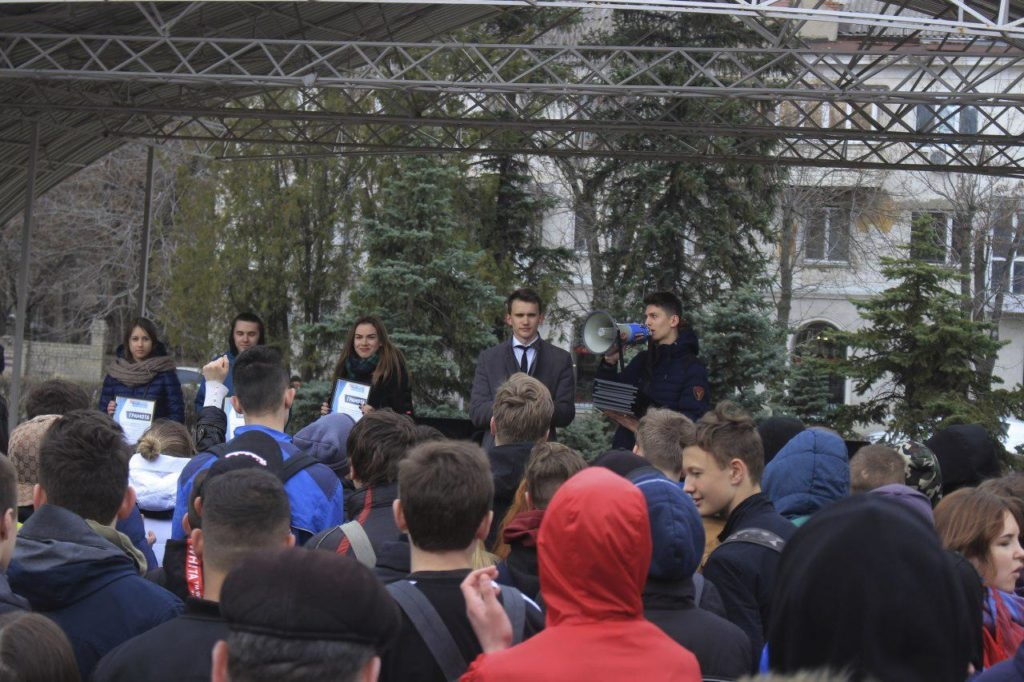 Около тысячи человек приняли участие в традиционном параде молодежи в Луганске 6