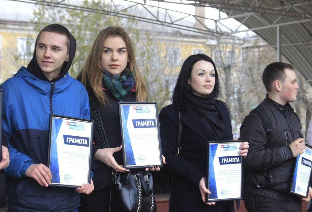 Около тысячи человек приняли участие в традиционном параде молодежи в Луганске 7