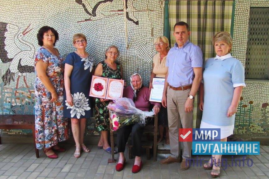 В 100-летний юбилей жительница Стаханова получила подарки от ОД «Мир Луганщине» 1