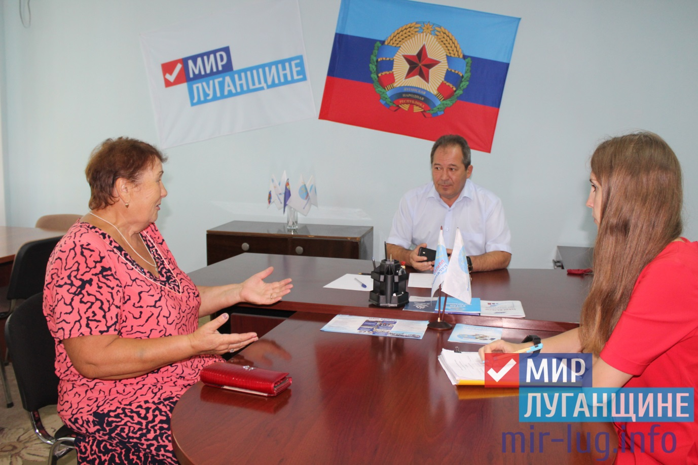 Приём граждан прошёл в общественной приёмной Славяносербска 1