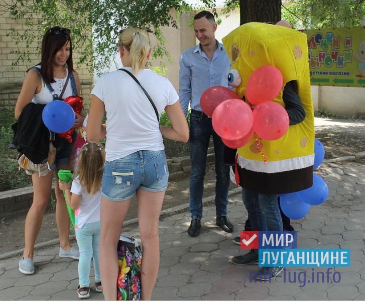 «Собери улыбки, город!»: активисты Общественного движения «Мир Луганщине» провели акцию в Перевальске 1