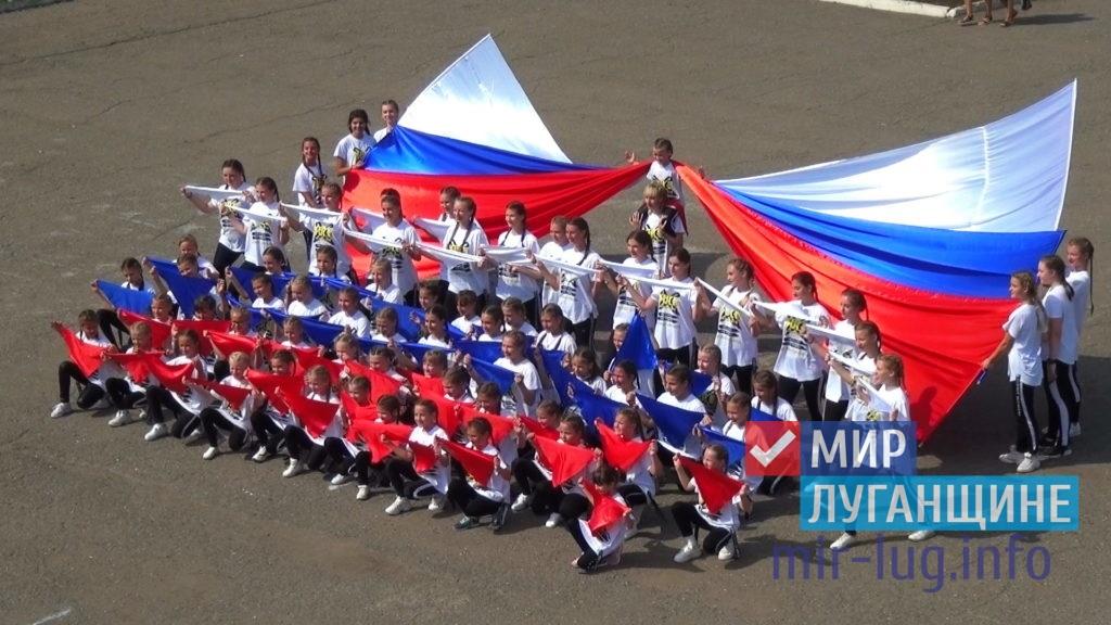 День Государственного флага России отпраздновали в разных городах ЛНР 12