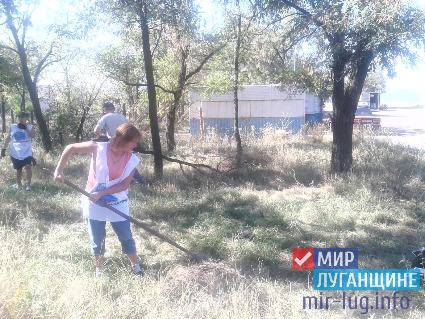 Активисты ОД «Мир Луганщине» убрали мусор в парковой зоне города Вахрушево 1