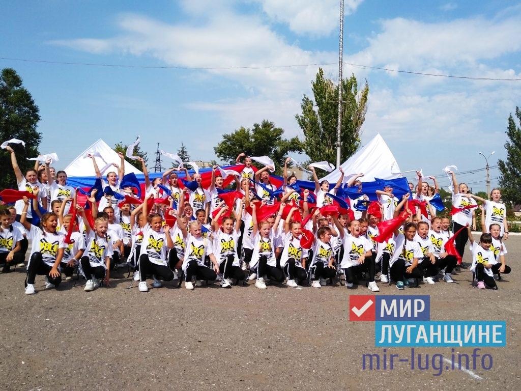 День Государственного флага России отпраздновали в разных городах ЛНР 13