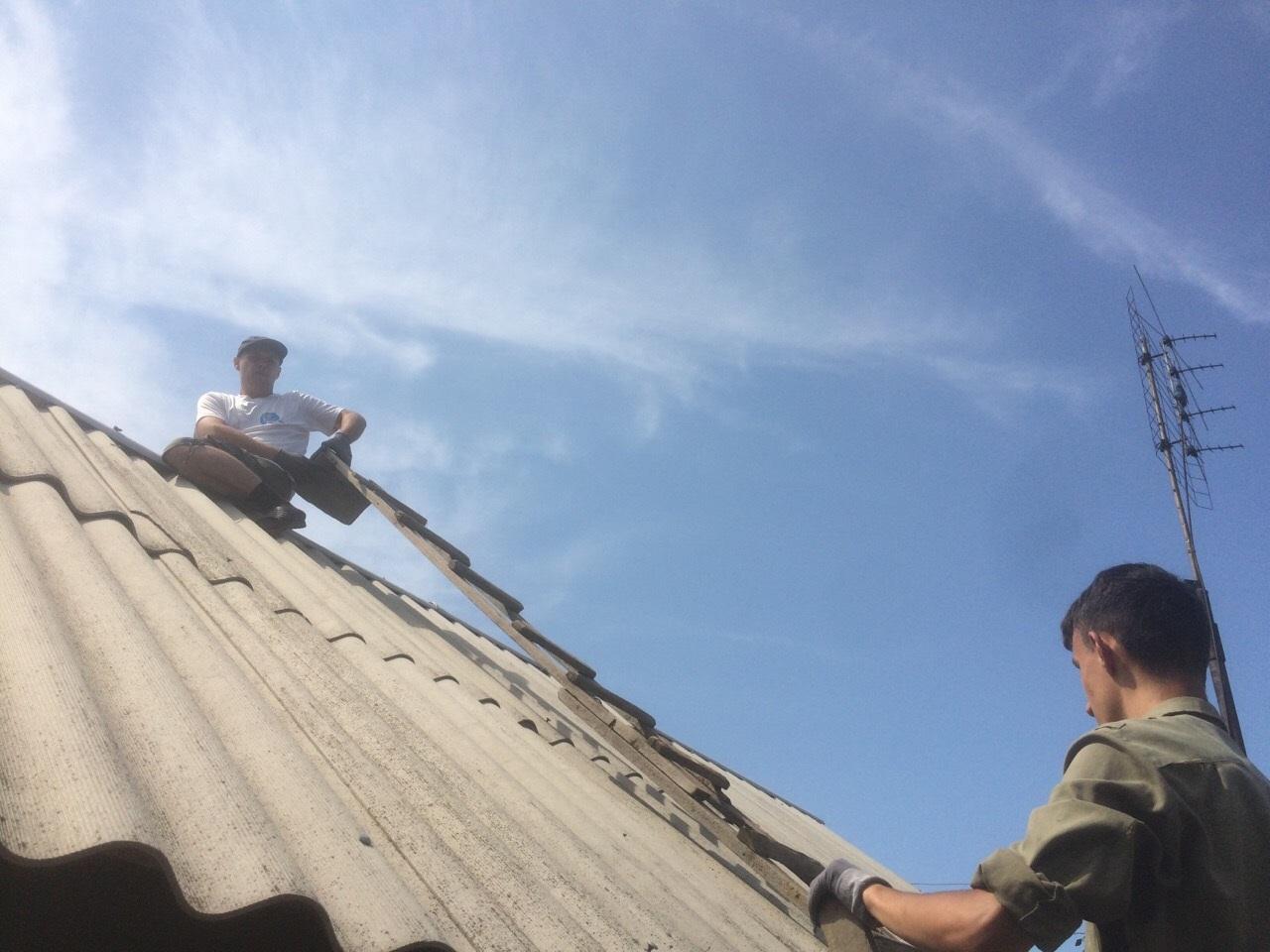 Активисты ОД «Мир Луганщине» оказали помощь пенсионеру в ремонте крыши 1