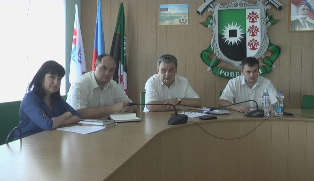 Представитель  Государственной налоговой службы Государственного комитета налогов и сборов встретился с жителями Ровеньков 1