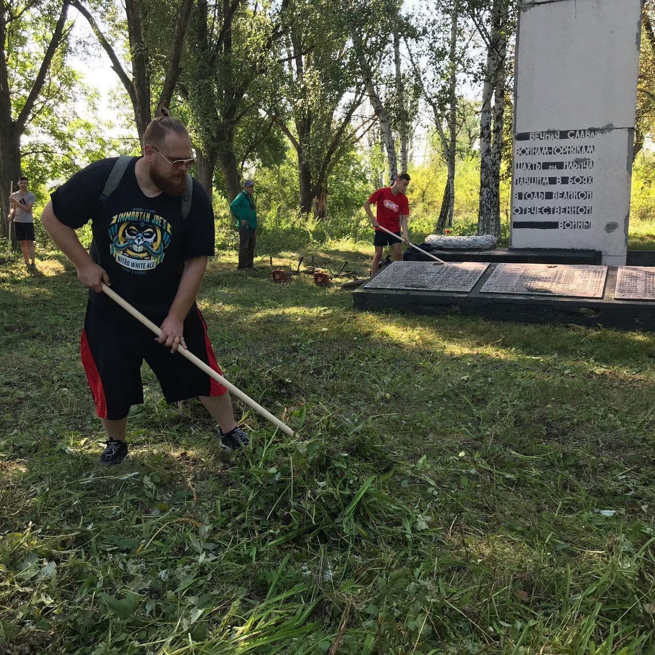 Активисты проекта «Молодая Гвардия» провели субботник в преддверии дня шахтера в Стаханове 1