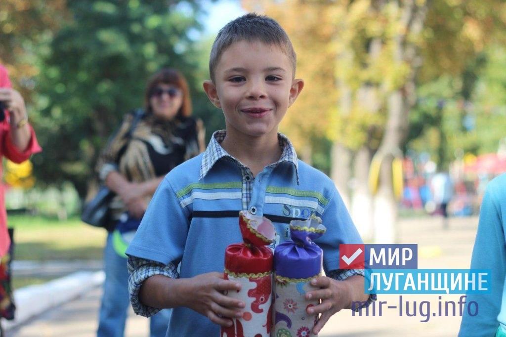 Луганским первоклассникам, оставшимся без попечения родителей, вручили подарки к школе 2
