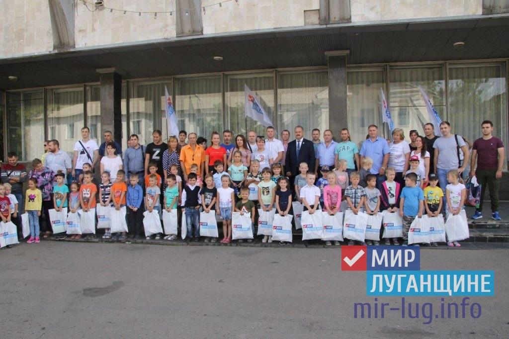 Активисты ОД «Мир Луганщине» вручили будущим первоклассникам канцелярские наборы в Антраците 2