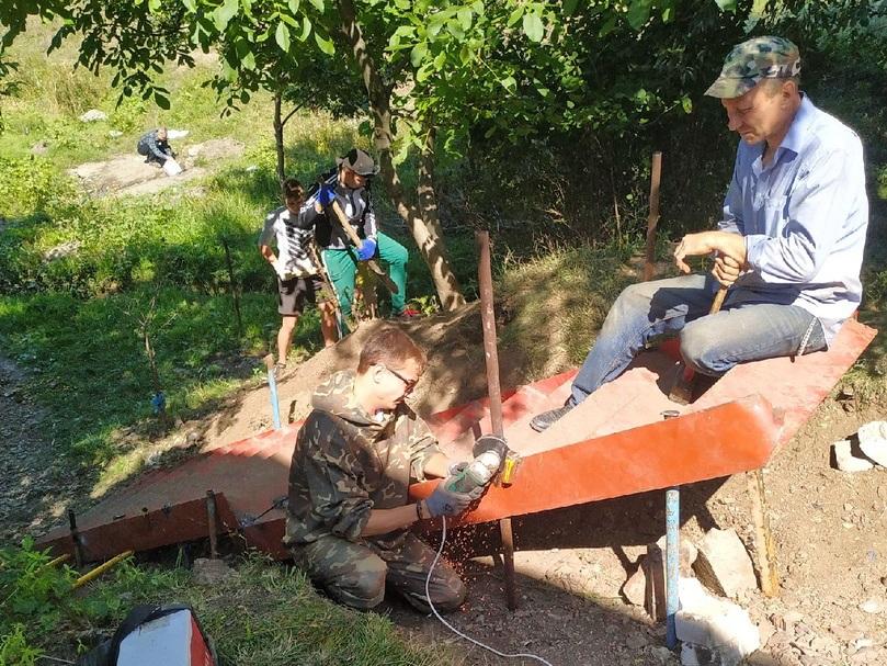 В Свердловске молодежь и активисты общественного движения благоустроили родник 2
