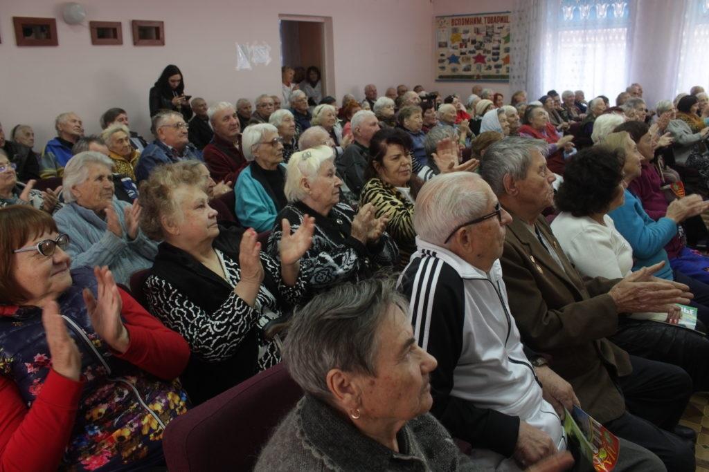 Дети Луганска поздравили ветеранов с Днем пожилого человека 2