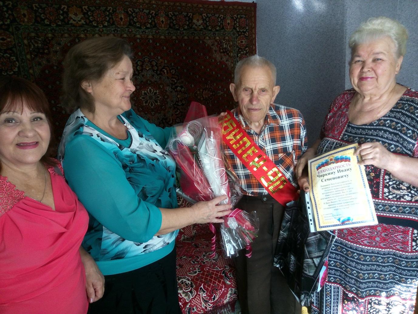 Активисты проекта «Забота о ветеранах» поздравили с Днем рождения жителя Брянки 1