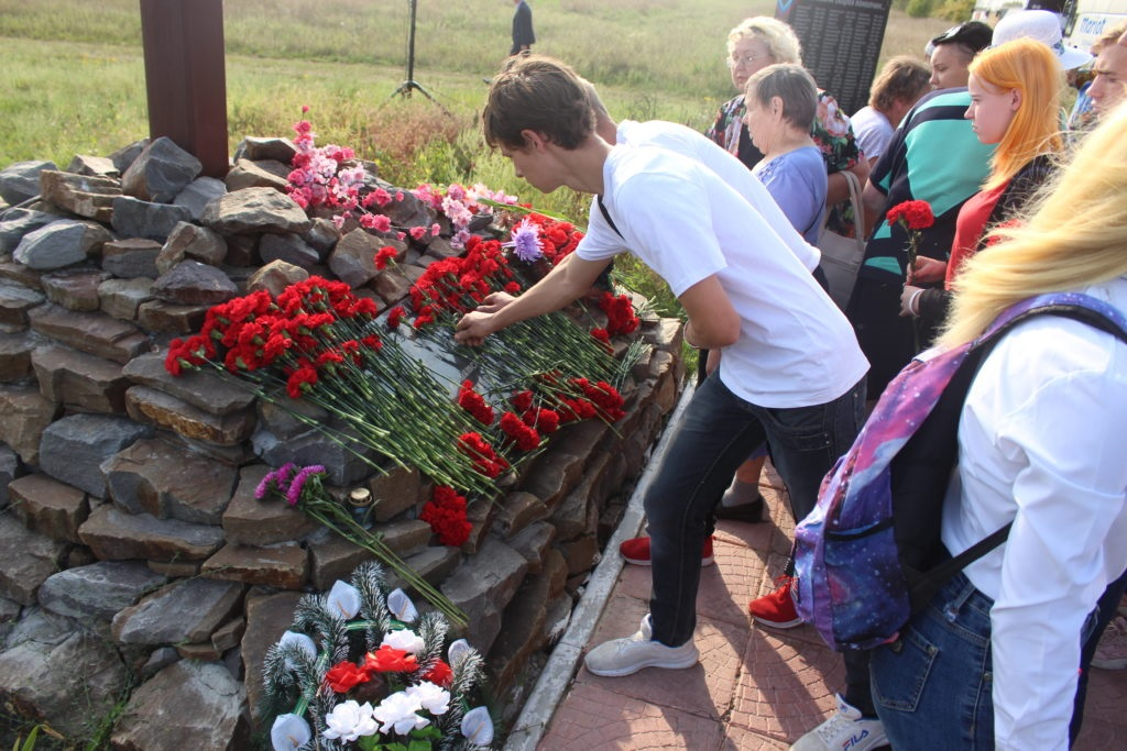 Память о них жива в наших сердцах: в Луганске состоялся митинг, посвященный Дню Неизвестного солдата 1