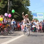 В Луганске состоялись зоодефиле «Четыре лапы» и шоу «Леди на велосипеде»