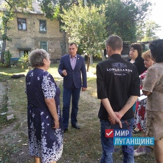 Депутат Народного Совета ЛНР Владимир Поляков обсудил проблемные вопросы с жителями Перевальска 4