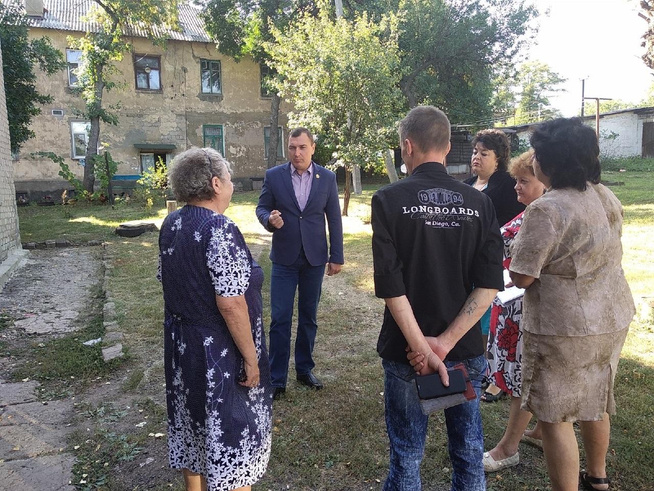 Депутат Народного Совета ЛНР Владимир Поляков обсудил проблемные вопросы с жителями Перевальска 1