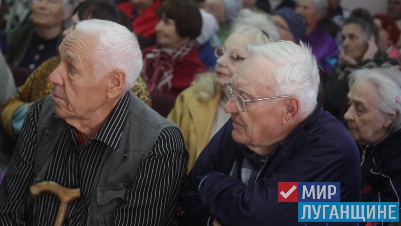 Дети Луганска поздравили ветеранов с Днем пожилого человека 1