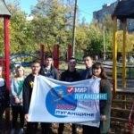 Жители Кировска провели субботник по восстановлению детской спортивной площадки