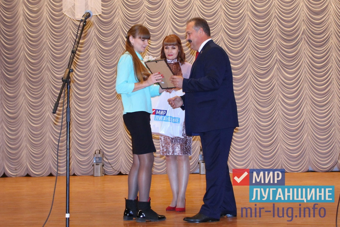 В Общественном движении «Мир Луганщине» поздравили педагогов с профессиональным праздником 1