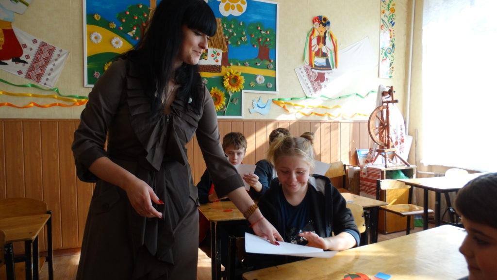 Активисты проекта «Молодая Гвардия» пообщались и вручили подарки детям с ограниченными возможностями в луганской школе 3