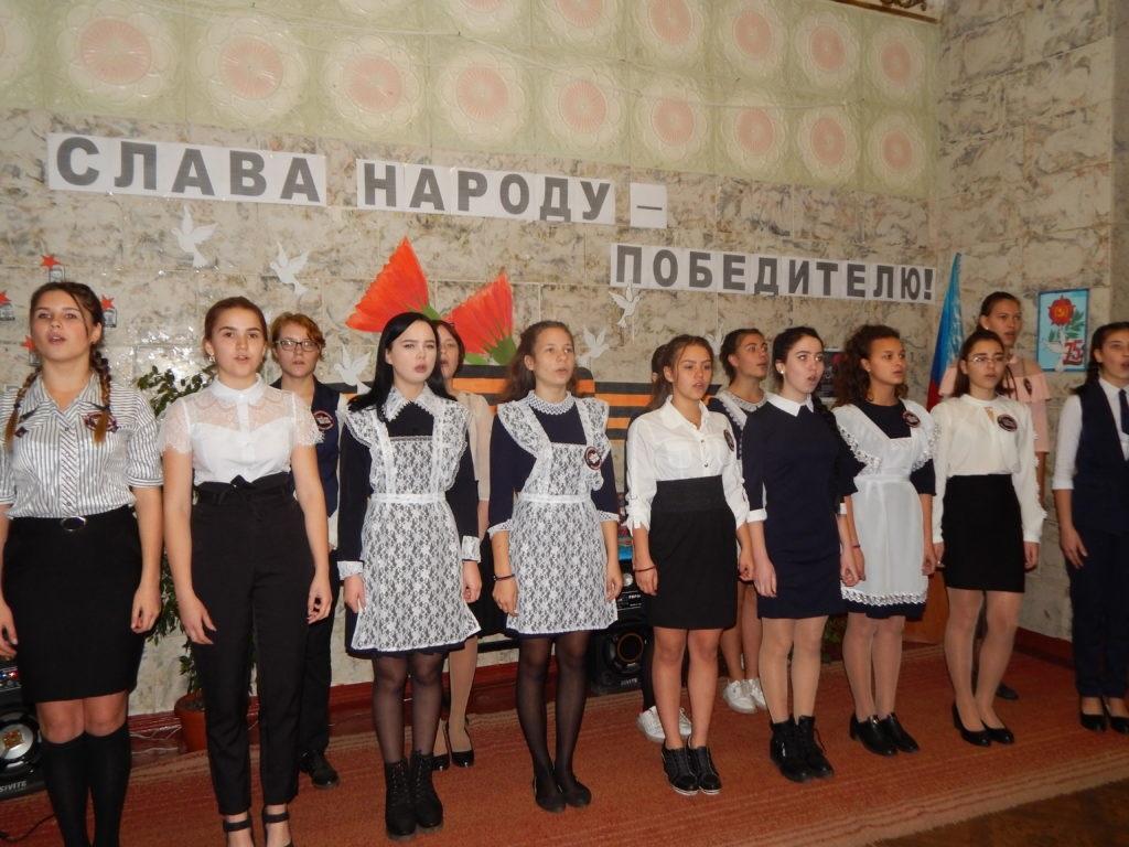 В поселке Новоалександровка Краснодонского района состоялась торжественная церемония передачи копии Знамени Победы 3