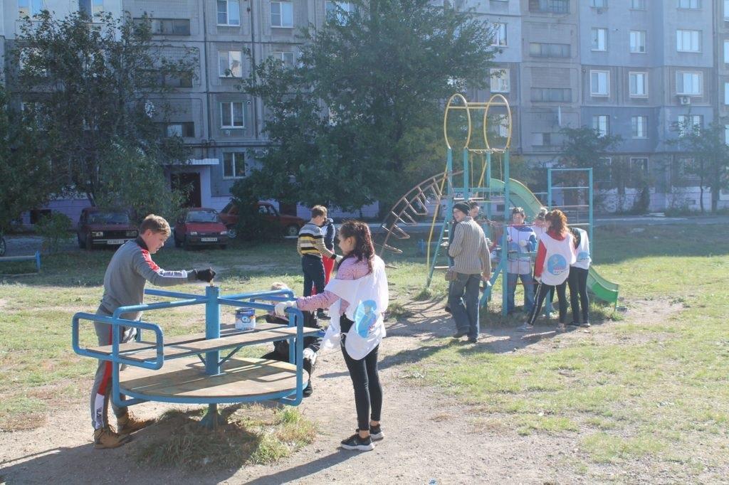 В Перевальске активисты проекта «Молодая гвардия» привели в порядок детскую площадку 2