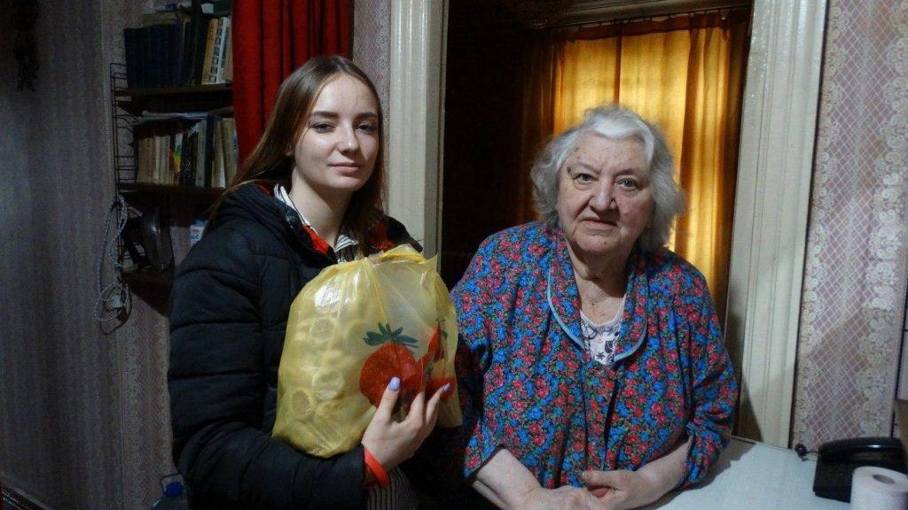 Активисты проекта «Волонтер» ОД «Мир Луганщине» передали помощь 12 луганчанам от ЛЭМЗ 3