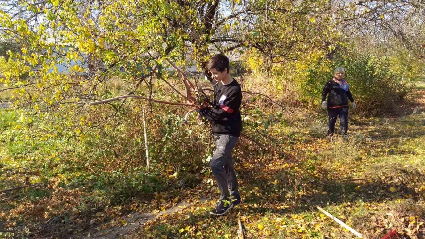 Славяносербские студенты помогли ветеранам ВОВ 1