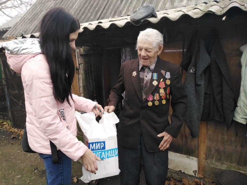 Социальные работники совместно с городским советом ветеранов и ОД «Мир Луганщине» посетили ветерана ВОВ в поселке Ломоватка 2