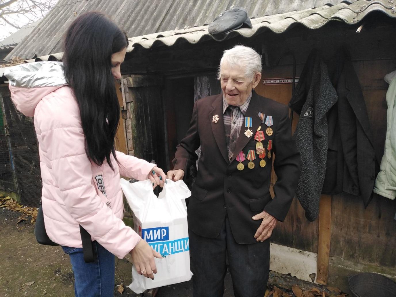 Социальные работники совместно с городским советом ветеранов и ОД «Мир Луганщине» посетили ветерана ВОВ в поселке Ломоватка 1